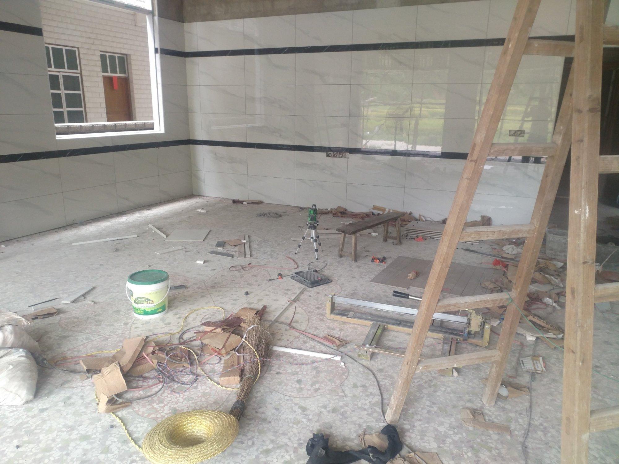 家里墙砖贴了两条黑腰线,感觉不好看,又不想坼,大家有没有其它办法?