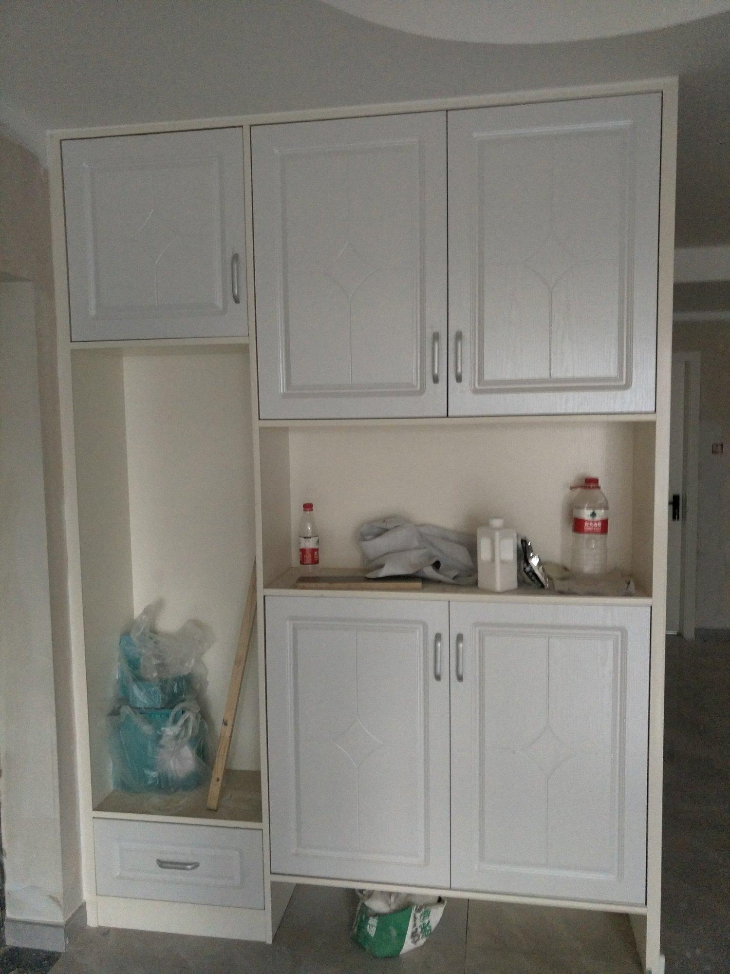 家里的柜体用的是免漆板,门板用的是烤漆,当初装修公司也没提到这样搭配有明显的色差
