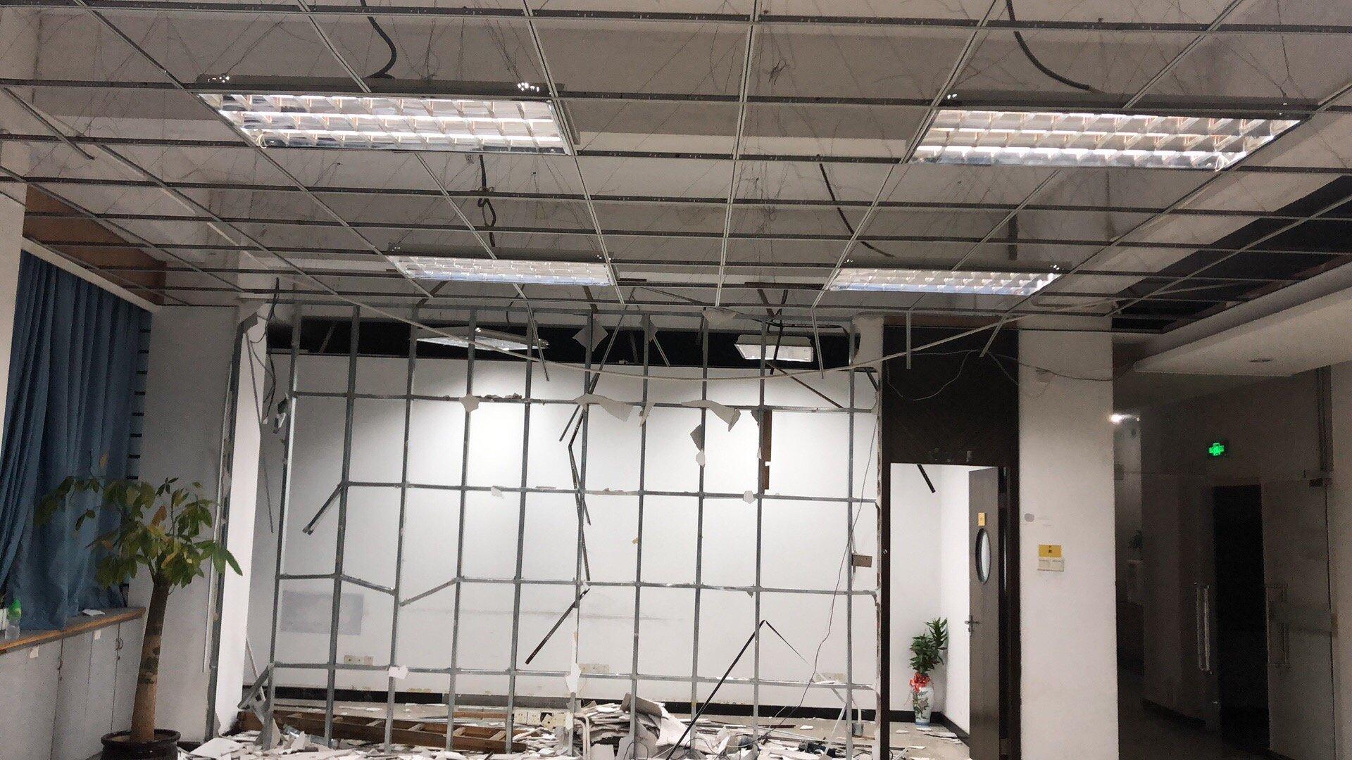 办公室翻修 180 平米  电工要价7800 不包料贵不贵