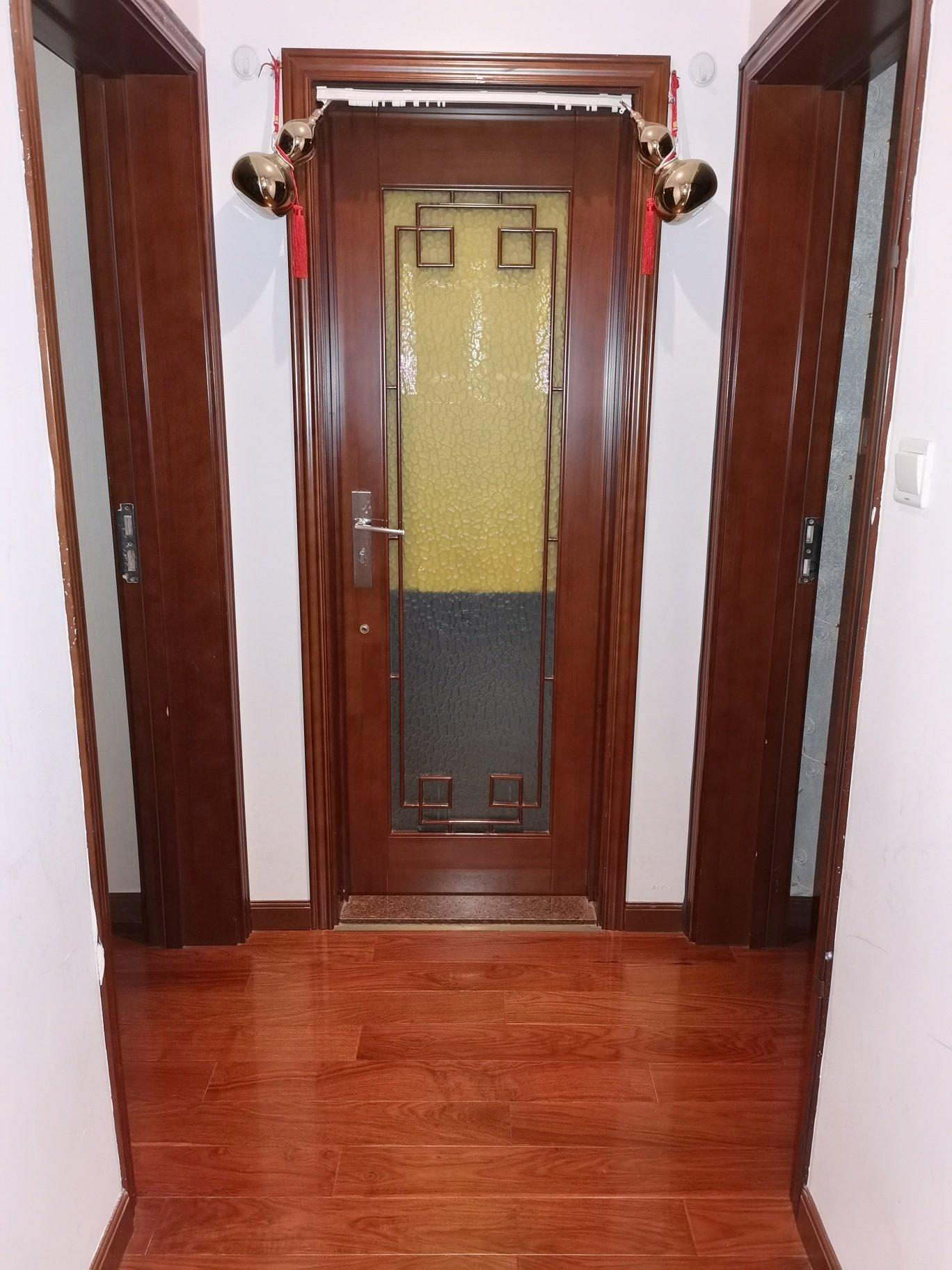 大门对着卫生间,想改门,但是不知道能否改