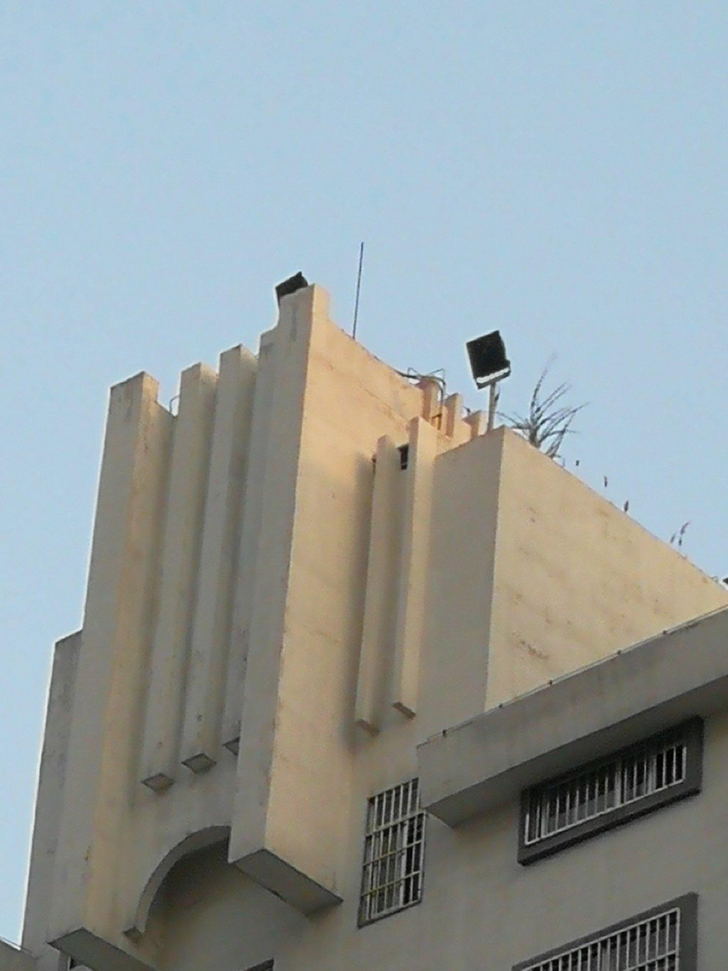 楼顶上的黑色牌子是什么?