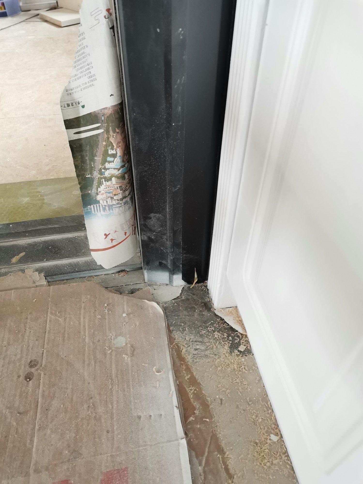 家柜喷漆时,不小心把白色油漆喷到厨房的黑色铝合金门框上了,有什么办法擦掉吗?