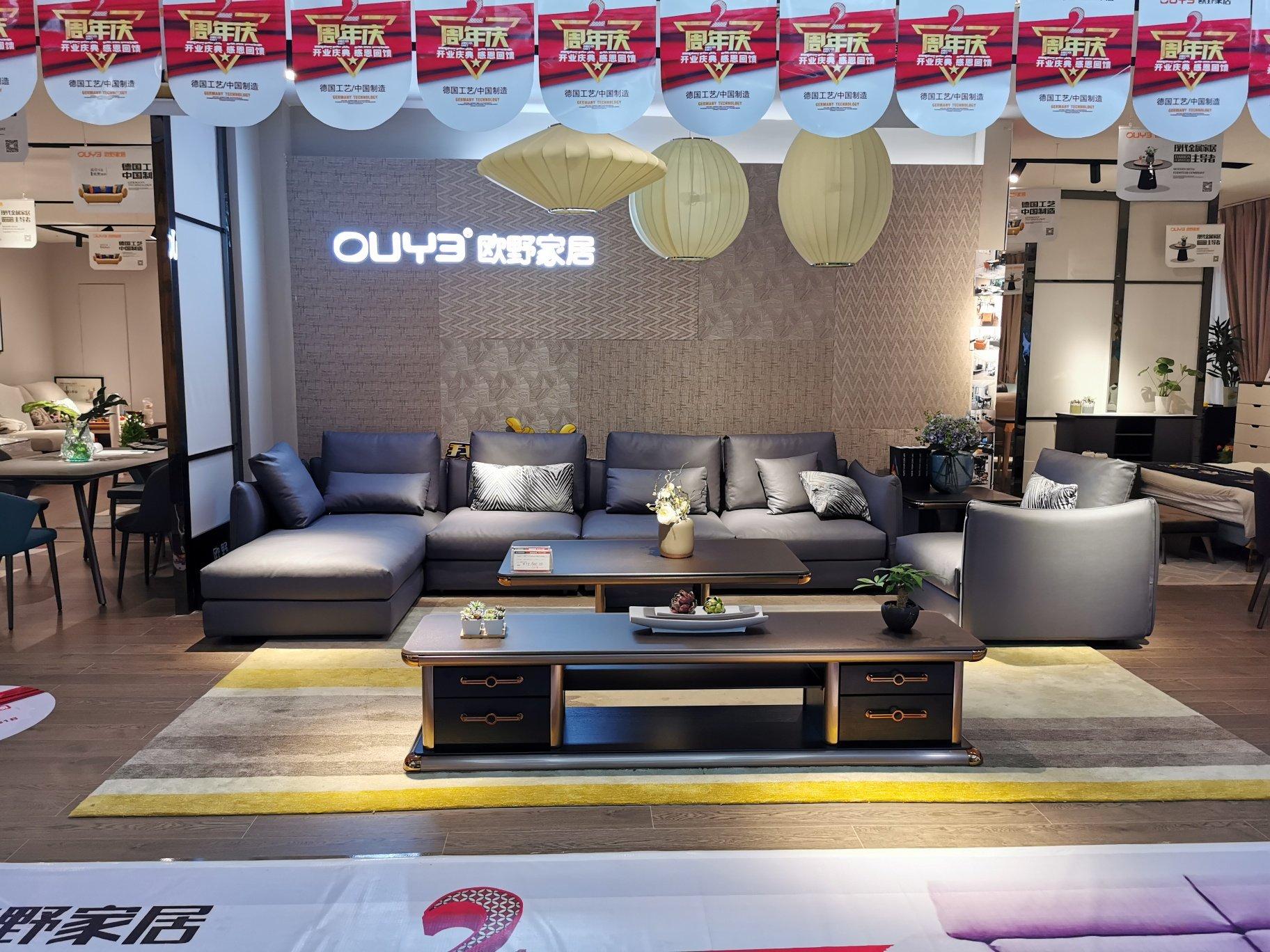 沙发是科技皮材质好不好?装修风格是黑白灰,墙面地面浅灰,搭深灰沙发好看吗?