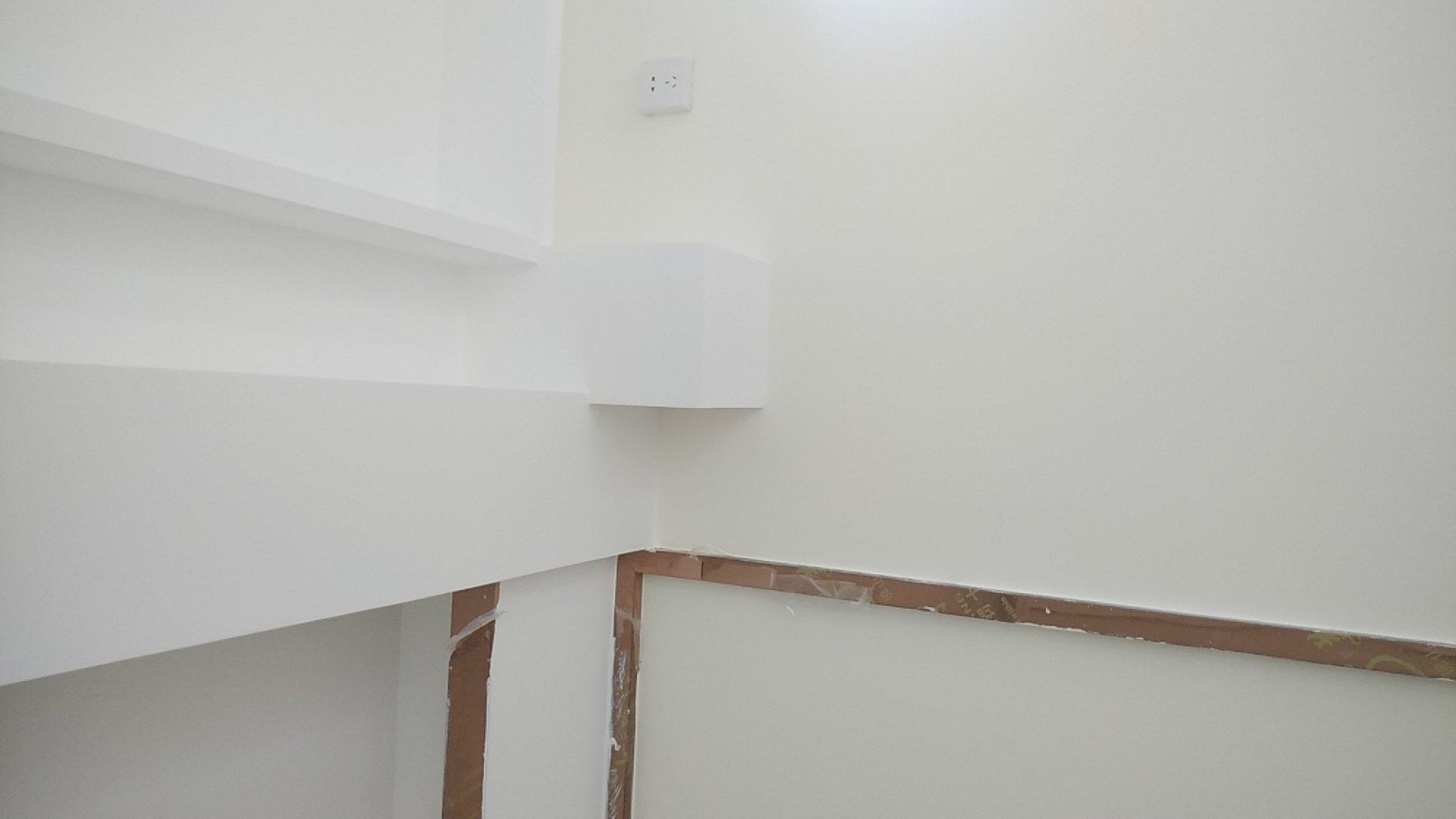 窗帘盒两边到不了头,第一图是有下水管,第二图有风管机铜管,窗帘怎么装啊?