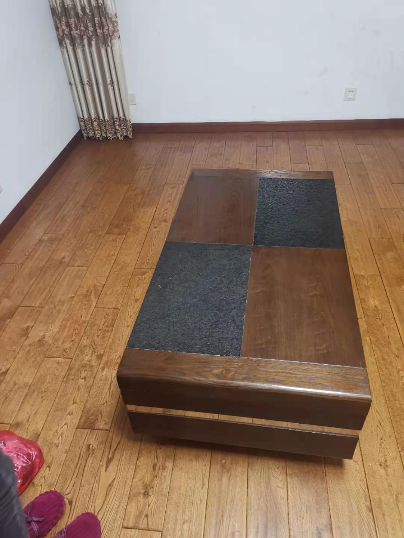 请问深棕色的地板和茶几配什么颜色的沙发?墙是白色的