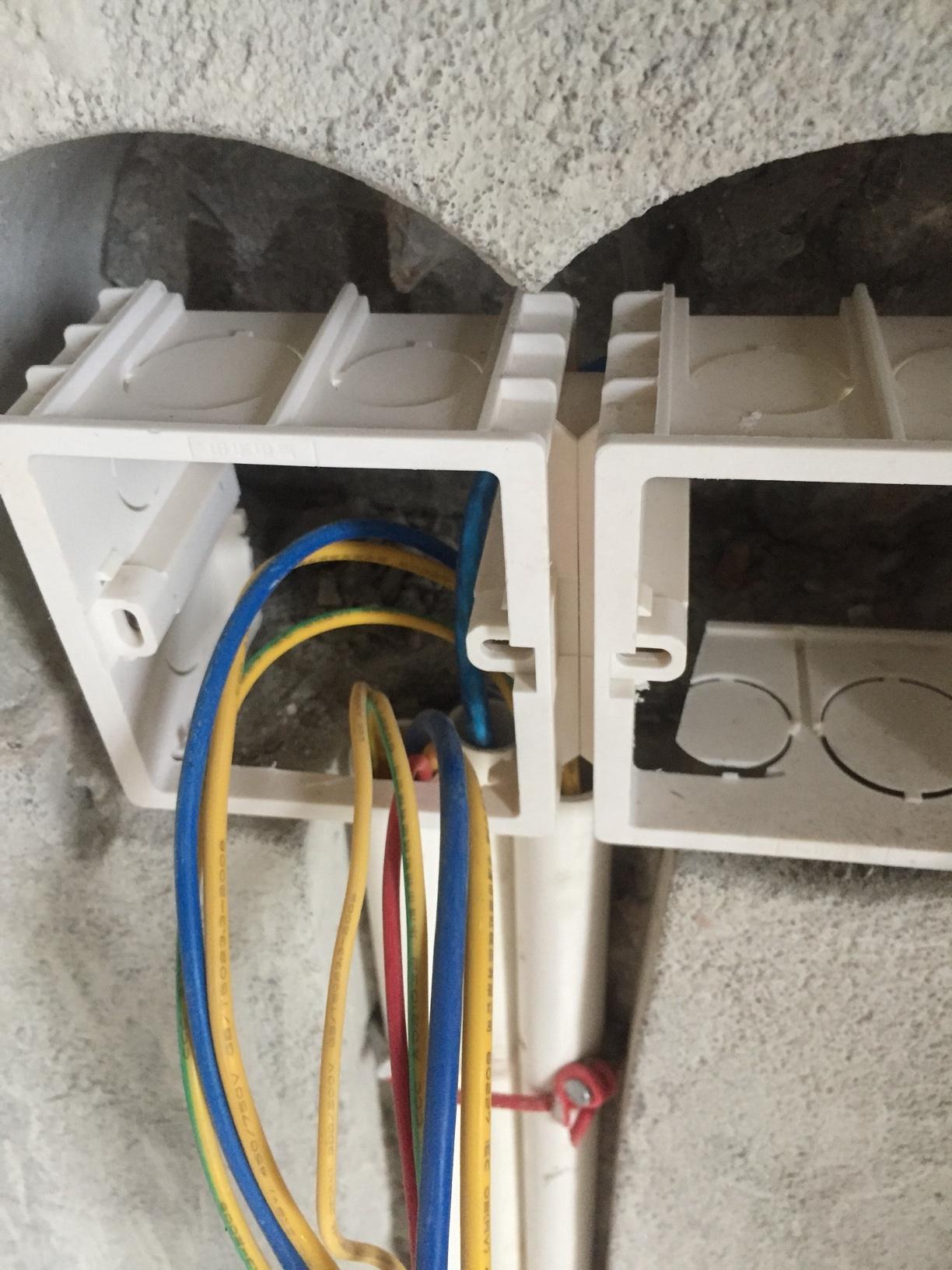 晒我家电管和水管😂 电路一管里的线有三、四、五、六根不等,水管只在尾部分开😂