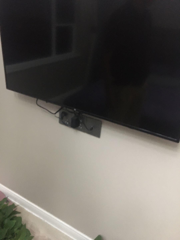 卧室挂电视机怎样才不露插座和线(不打算安电视柜)