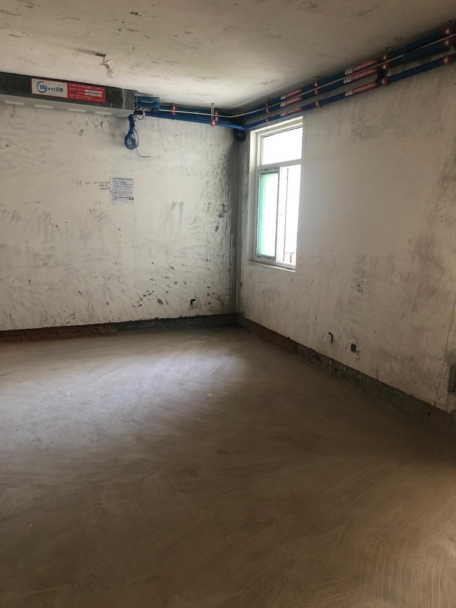 客厅就一个窗户,家里装修风格是现代简约风格,墙布想贴浅灰色,也是当下流行色