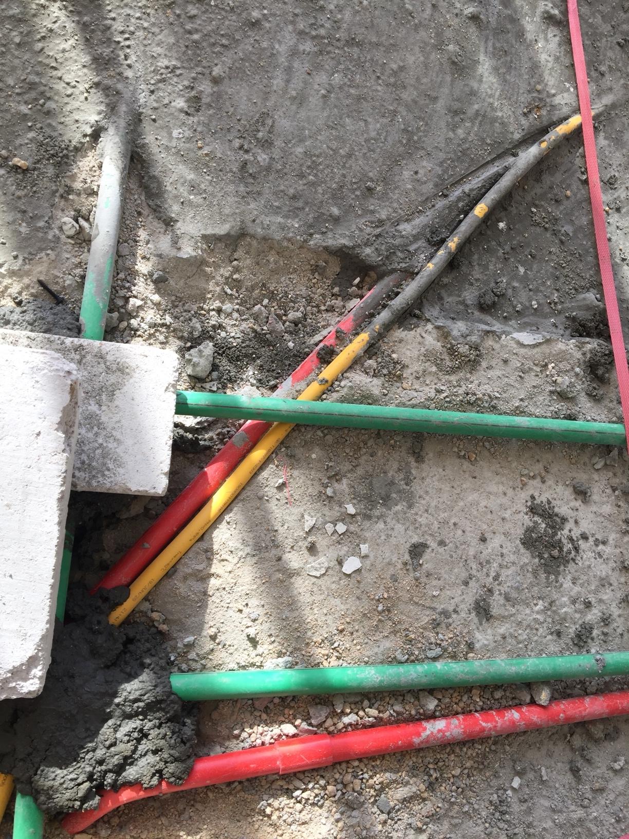 天然气管道和电线管道那么近?有问题?