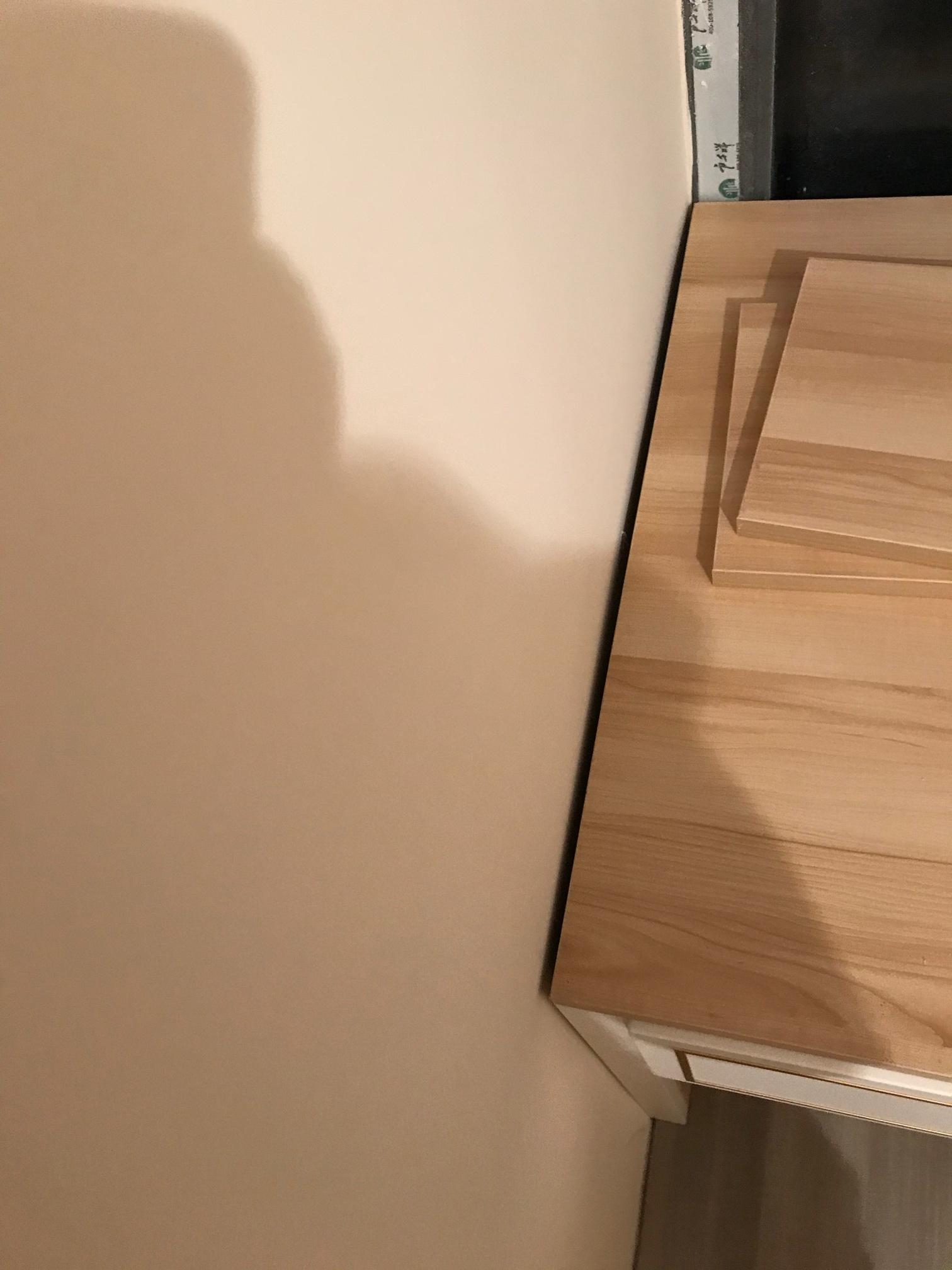 墙面不直,书桌放进去有夹角