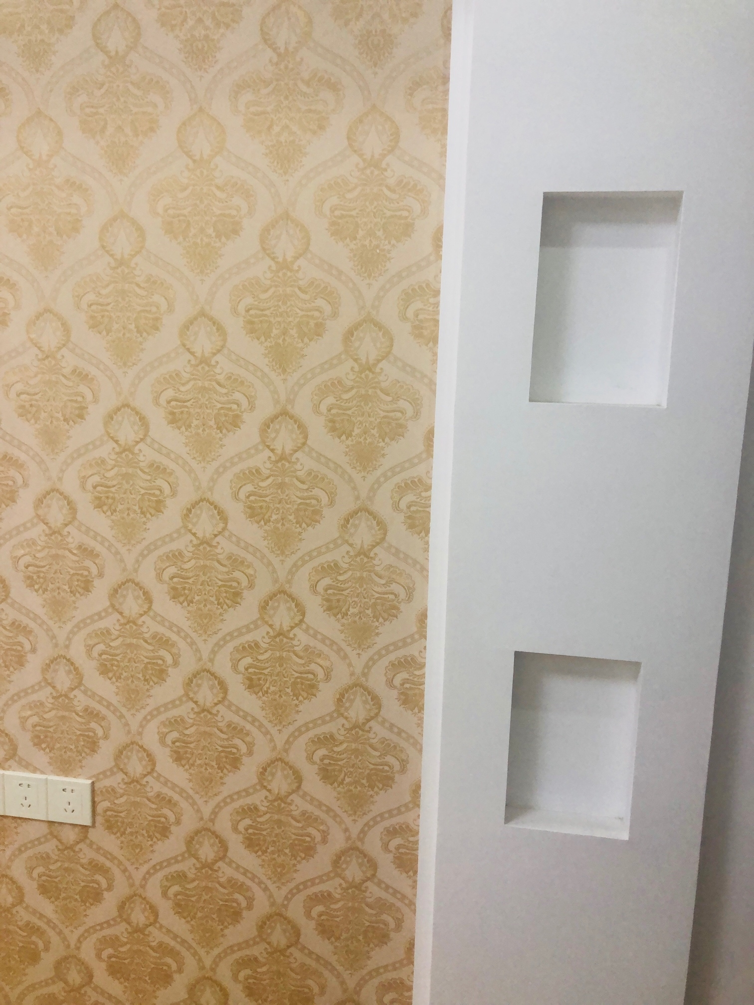 请问这是什么设计?这个酒柜我要怎么使用?还有电视背景墙的两个槽是是做什么用的?