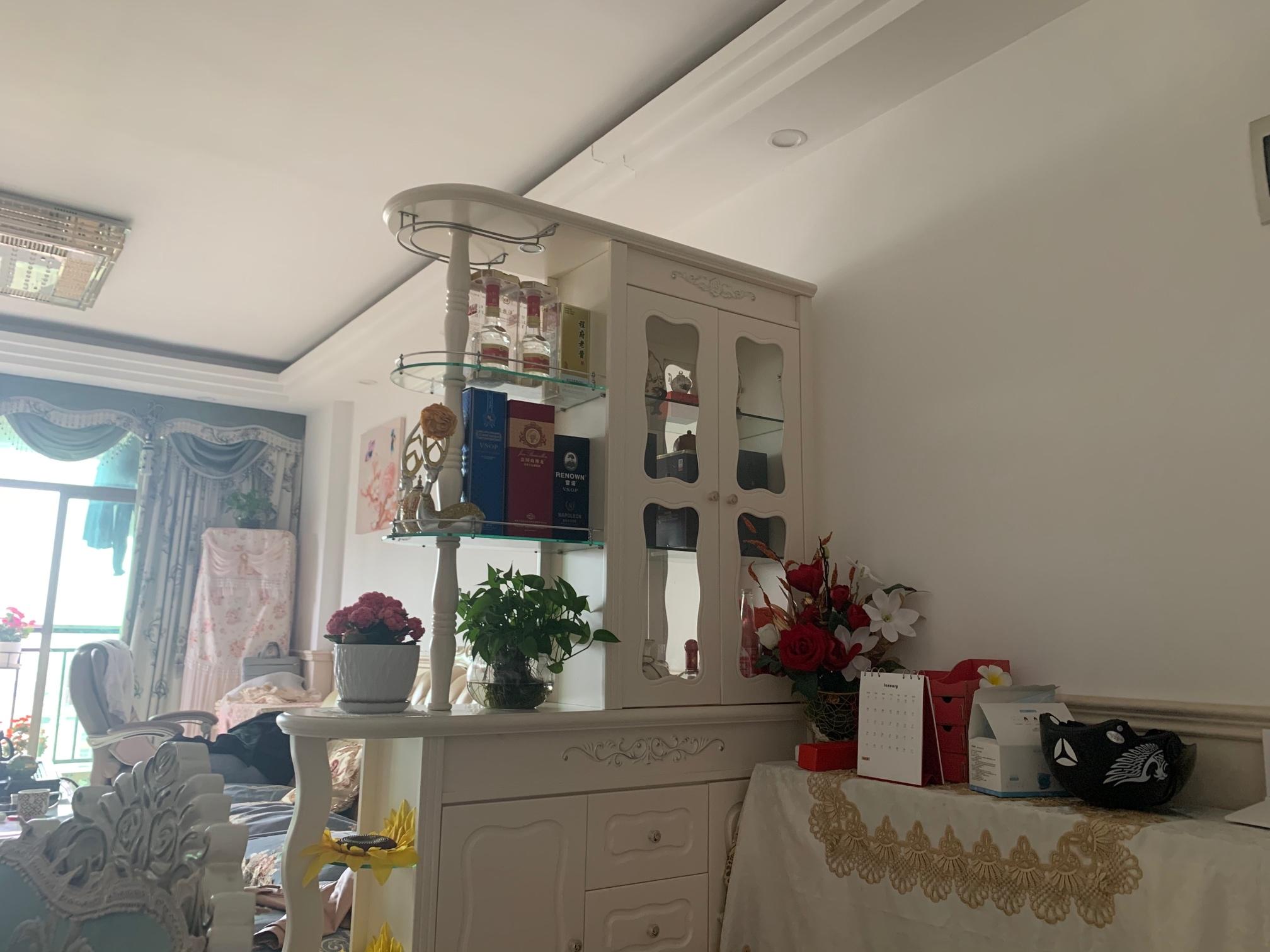 客厅贴瓷砖。