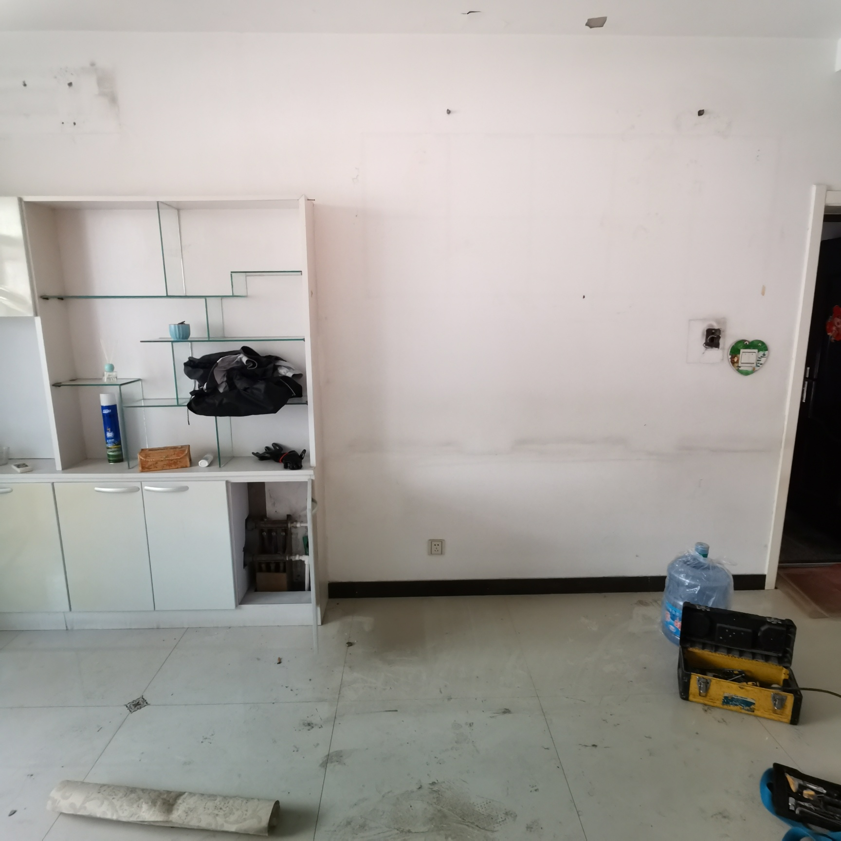 客厅放沙发的地方后面是地暖分水器怎么办