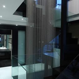 经典黑白格调样板房楼梯玻璃扶手装修效果图