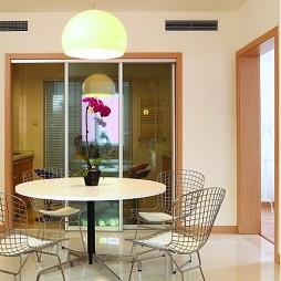 现代简约风格餐厅玻璃推拉门隔断装修效果图