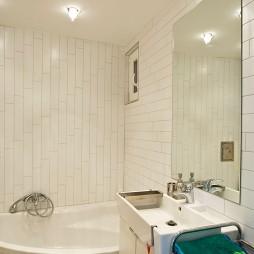 现代风格时尚简约主卫生间浴缸洗手盆镜子浴缸白色瓷砖装修效果图片
