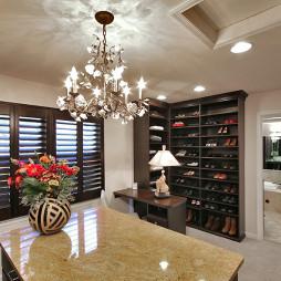 2017现代风格两室一厅封闭式顶固衣帽间装修效果图片