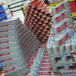超市商品陈列牙膏图片