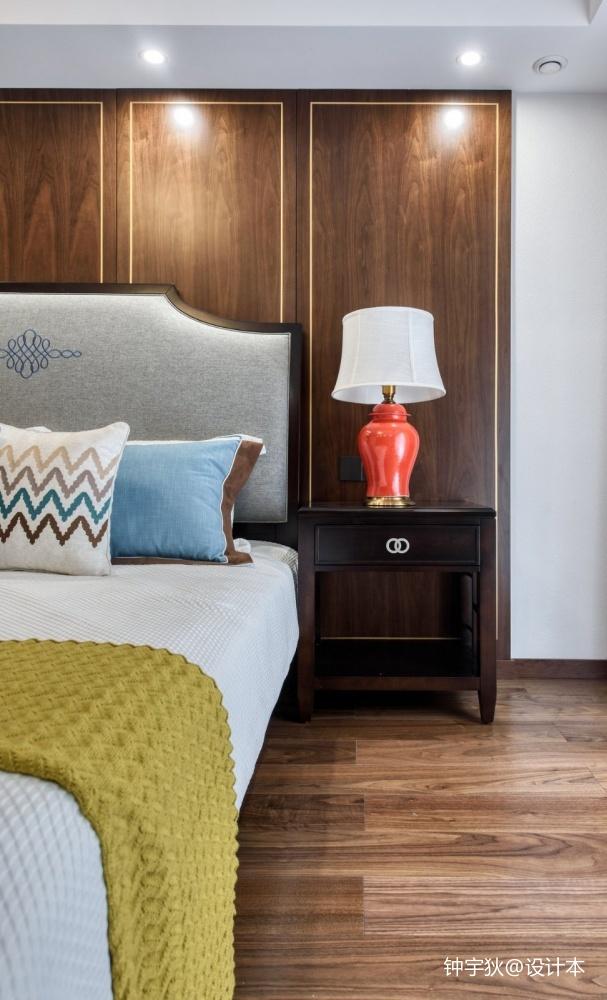 请问床头背景的墙板是用的什么材料?那个金色线条是怎样施工的?
