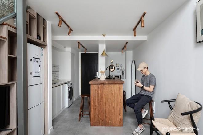 20㎡小公寓,用定制板材打造柜体楼梯