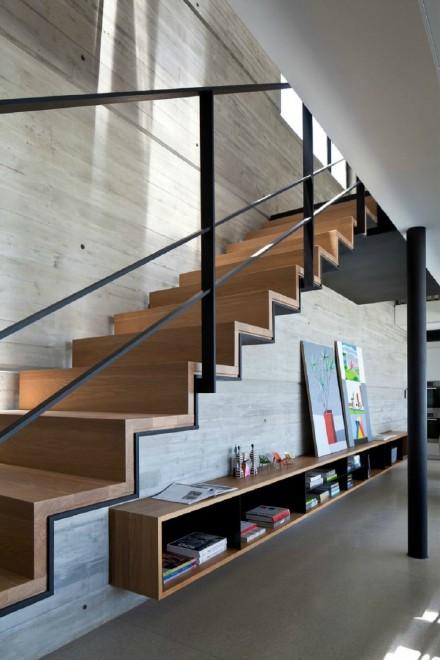这种楼梯怎样固定?  打膨胀螺丝吗?