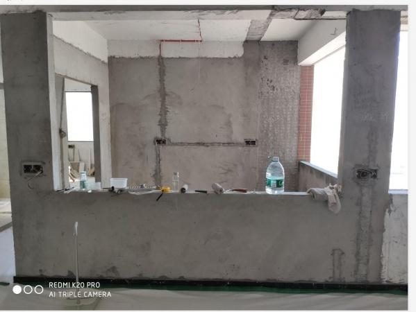 请问一下,沙发后面的这个半截墙体该如何装饰比较好一些