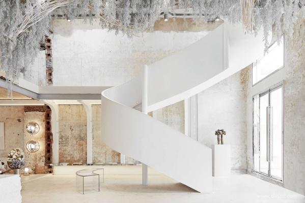 求问图片的墙和楼梯都是什么材质呢,这楼梯是怎么做出来的