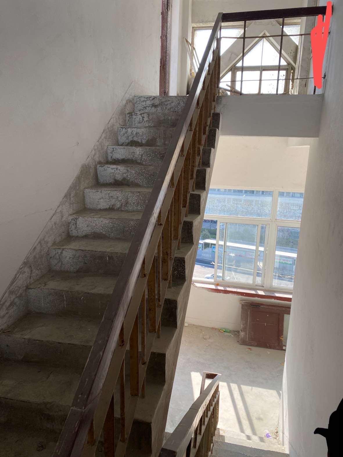 楼梯设计,墙面是白色