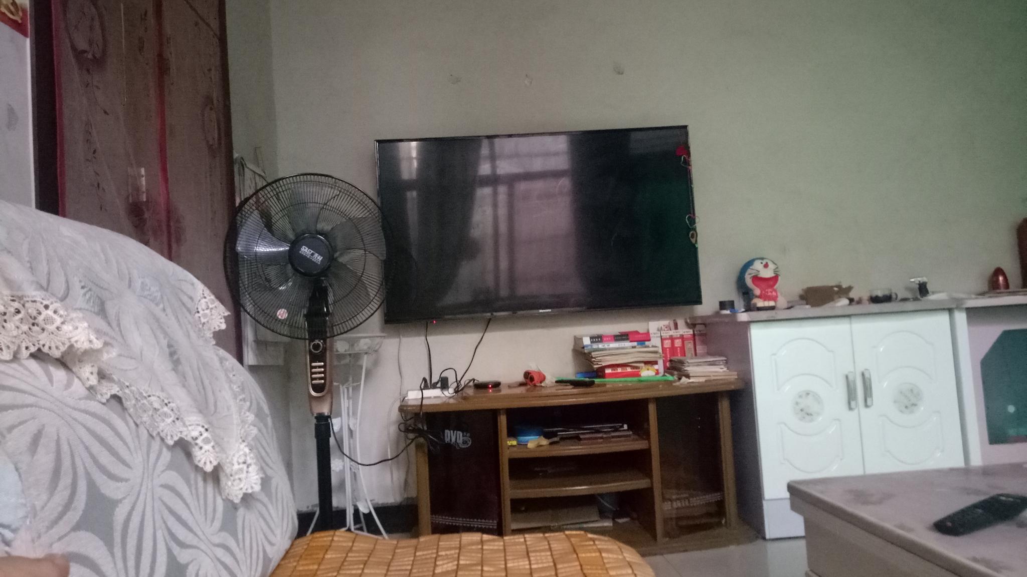 客厅里电视不居中偏左,该如何挑选合适的背景墙