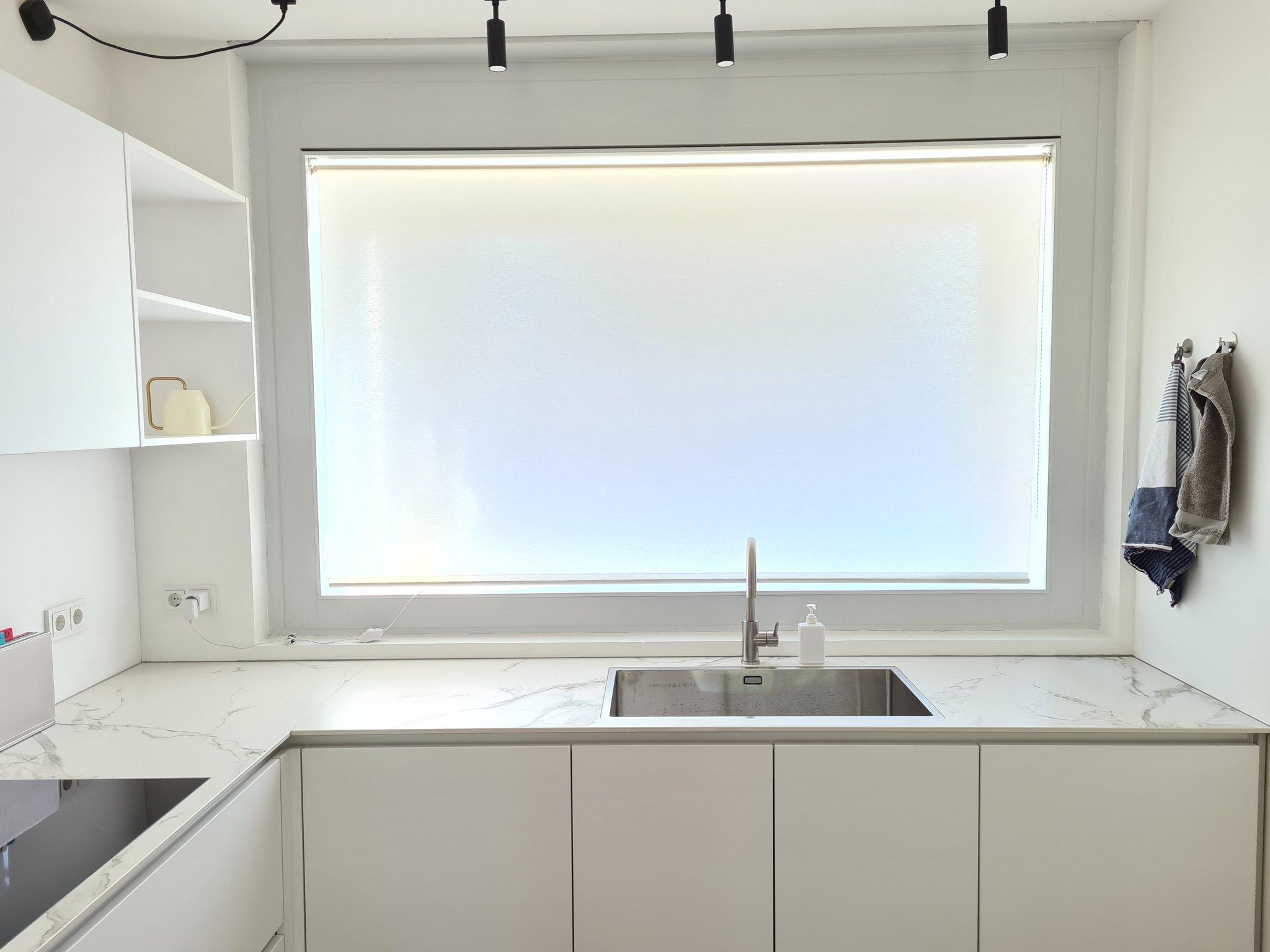 请教这个厨房的墙壁是什么材料?